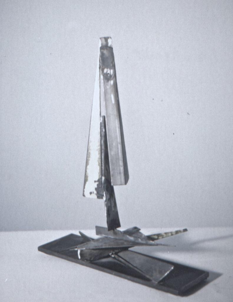 Scultura di Adriana Amodei - Algoritmo III 1987, ferro, lacca e olio 49x38x28