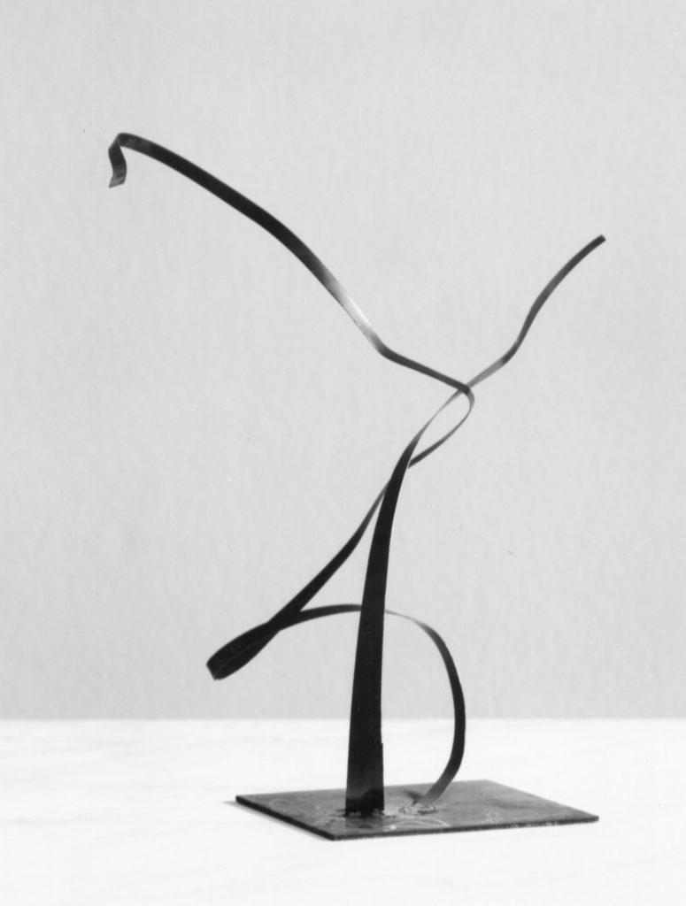 Scultura di Adriana Amodei - Algoritmo V 1989 metallo lacca 50x30x26