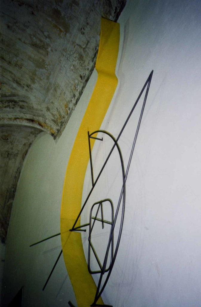 Scultura di Adriana Amodei - Passaggio in Giallo 1995 metallo e lacca 150x70x25