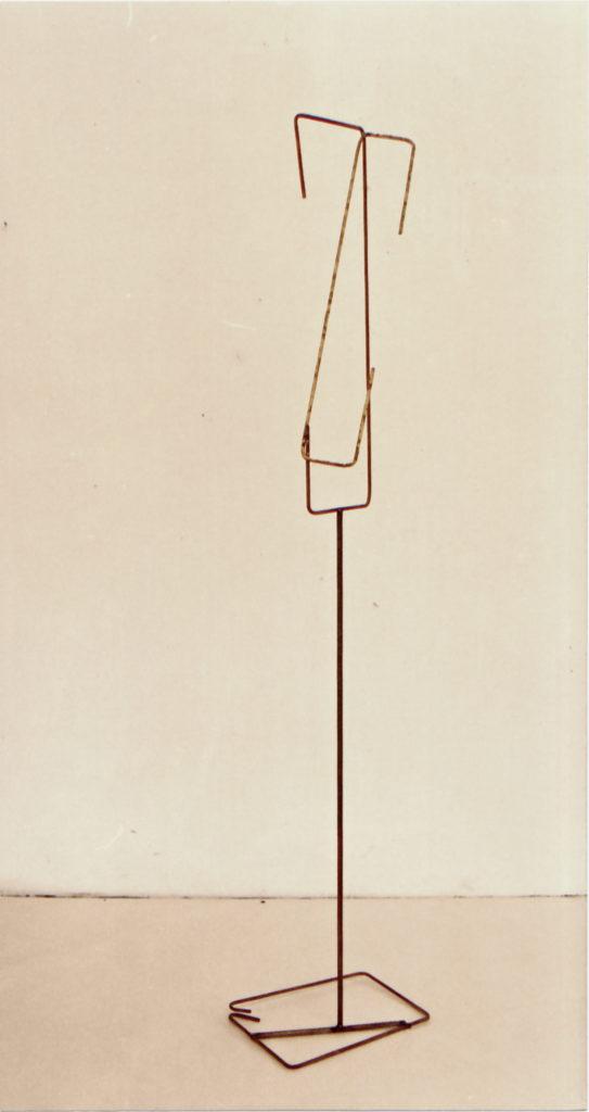 Scultura di Adriana Amodei - Unterbruchung das Herz 1986 metallo, lacca 175x35x24