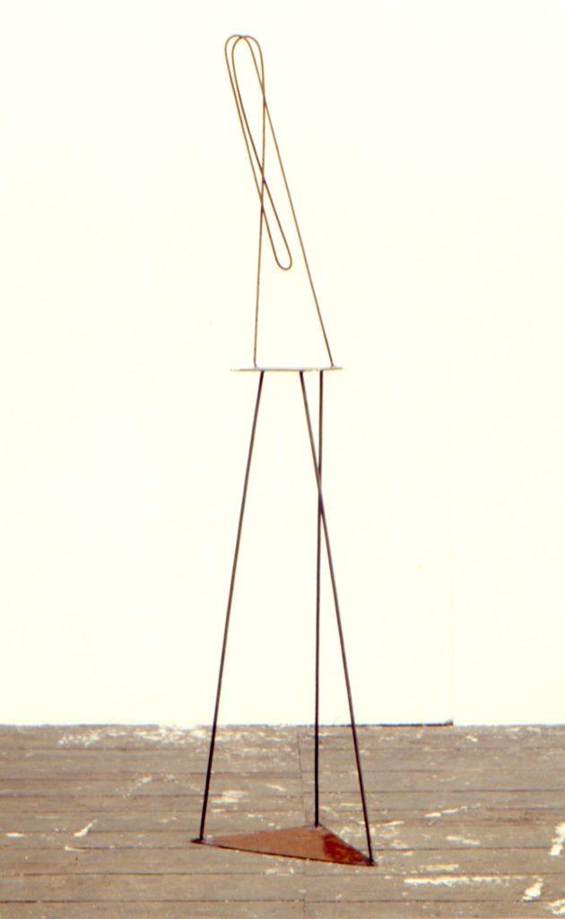 Scultura di Adriana Amodei - Verso di sè. 1985 ferro 170x30x30